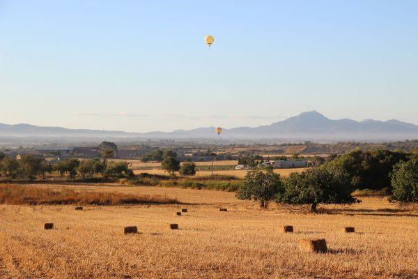 Montgolfières dans un paysage de Majorque