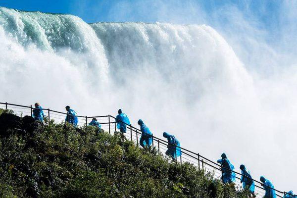Chemin de la grotte des vents aux chutes du Niagara