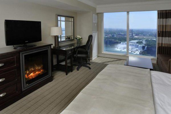 Une chambre avec vue sur les chutes dans l'hôtel Hilton Niagara Falls