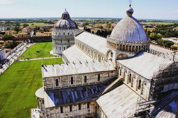 Visiter Pise : la vue sur la Piazza del Duomo depuis la tour de Pise