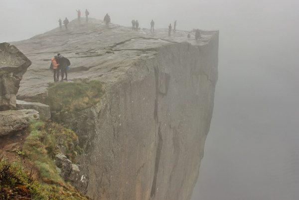 Le Preikestolen, ou Pulpit Rock, sous la brume