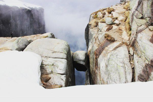 Le rocher Kjerag, ou Kjeragbolten, dans le sud de la Norvège