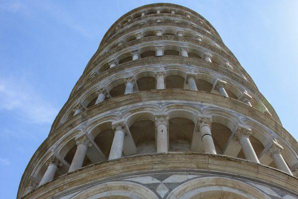 L'inclinaison de la tour de Pise, vu d'en bas