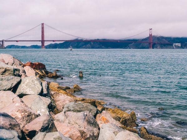 Vue sur le Golden Gate depuis la promenade à vélo le long de la baie de San Francisco