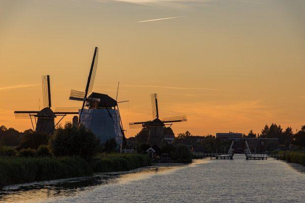 Les moulins de Kinderdijk au coucher de soleil