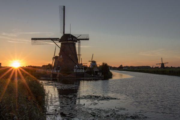 La vue sur les moulins de Kinderdijk au coucher de soleil depuis la passerelle