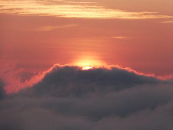 Lever de soleil au-dessus des nuages à Bali, au sommet du Mont Batur