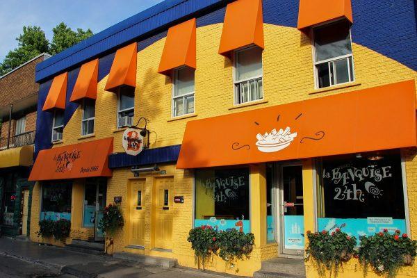 """La façade colorée du restaurant de poutines """"La Banquise"""" à Montréal"""