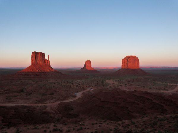 Le point de vue sur les mesas depuis le Visitor Center, au coucher du soleil