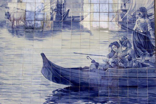 Les murs couvert d'azulejos dans la gare de Porto