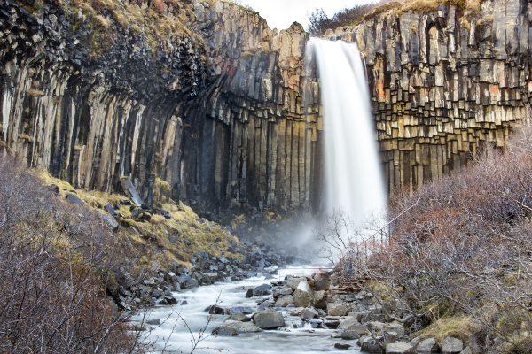 La belle cascade de Svartifoss dans le sud de l'Islande