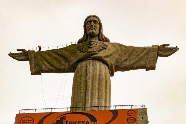 Le Cristo Rei, bras ouverts, qui fait face à Lisbonne.