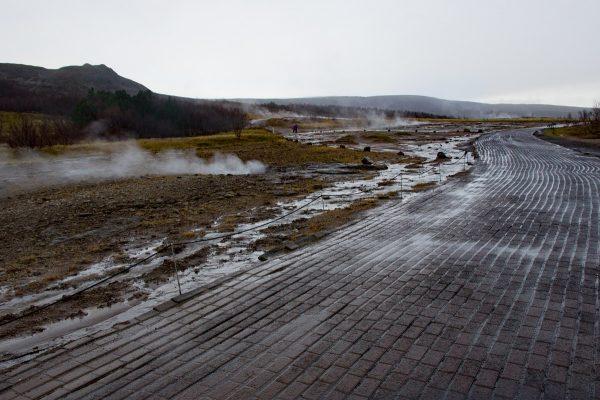 Sur le parcours du site de Geysir, au milieu des geysers