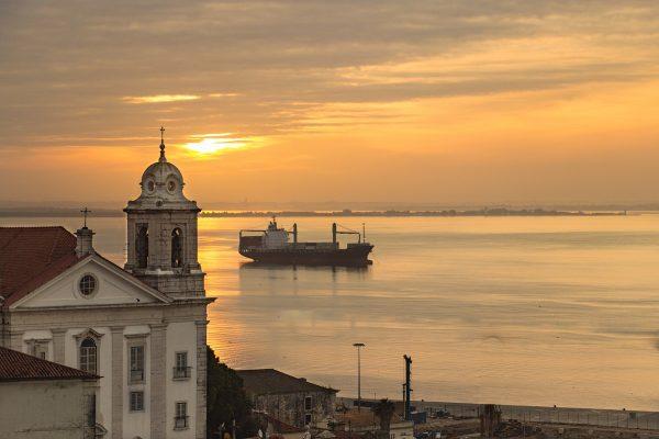 Lever de soleil depuis le Portas do Sol à Lisbonne