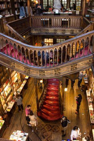 L'intérieur de la librairie Lello à Porto
