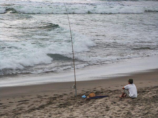 Un pêcheur sur la plage à Bali