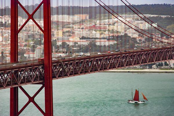 Visiter le Cristo Rei permet également d'avoir une superbe vue sur le Pont du 25 Avril qui relie Lisbonne et Almada
