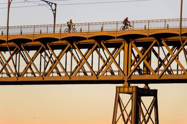 Le Ponte Luis I de Porto, aux couleurs du lever de soleil