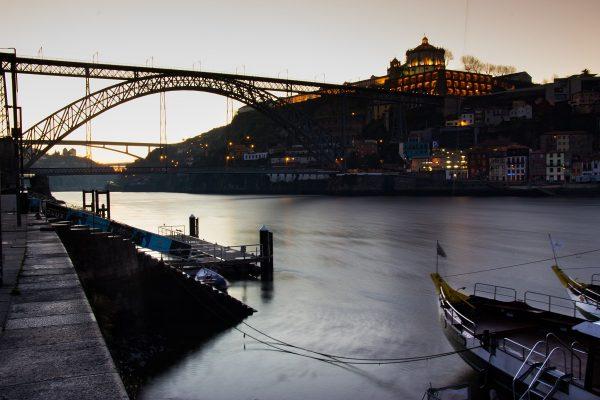 Lever de soleil sur le Ponte Luis I, depuis la rive nord