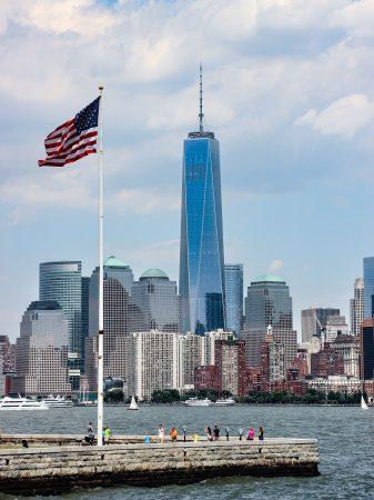 Vue sur la skyline du sud de Manhattan depuis le ferry, en arrivant sur Ellis Island