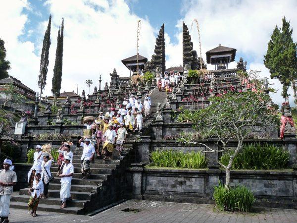Procession dans l'un des temples de Besakih à Bali