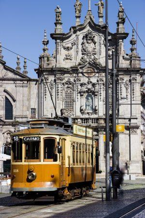 Le tramway de la ligne 22 à Porto