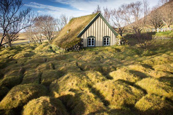 Un voyage en Islande passe également par la découverte des turf house (ou turh church ici)