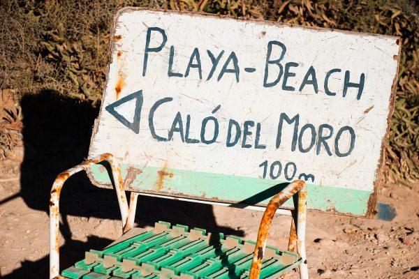 La plage de Calo des Moro est indiquée depuis la Cala s'Almunia