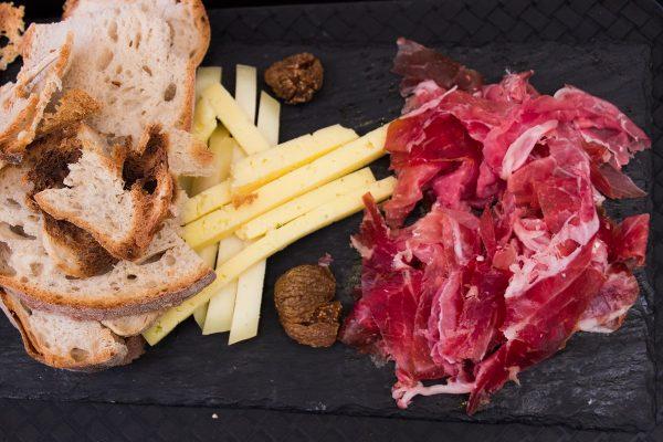 Planche de charcuterie et fromage dans le Time Out Market de Lisbonne