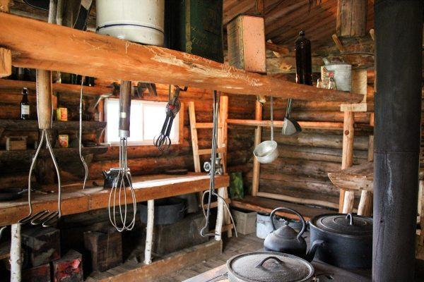 L'intérieur d'une cabane du village de bûcherons à Grandes-Piles