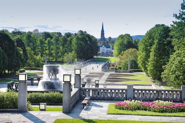 L'allée principale qui traverse le parc Vigeland d'Oslo, bordée de statues