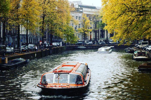 Un canal à Amsterdam, sous les couleurs de l'automne