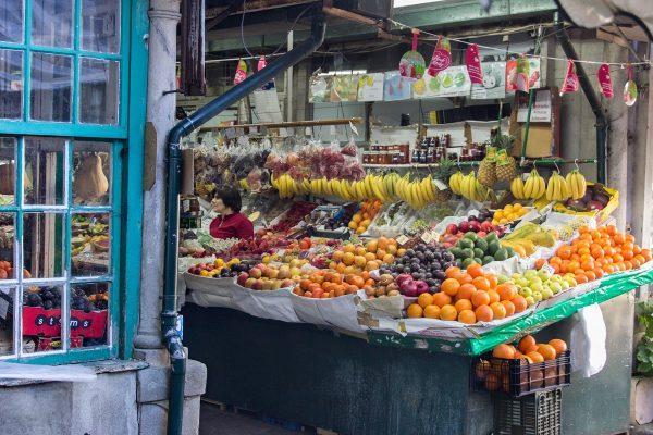 Les fruits et légumes notamment dans les allées centrales du marché de Bolhao