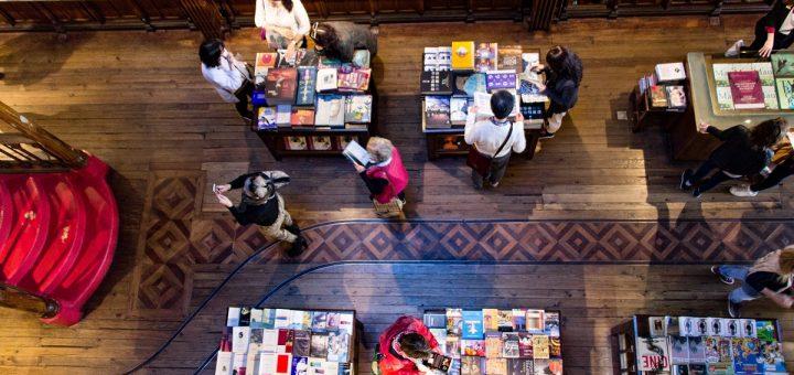 La vue en contre-bas depuis l'étage de la librairie Lello