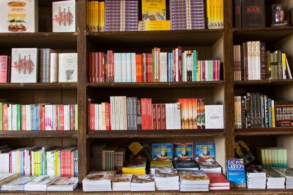 Les étagères remplies de livres de la Librairie Lello de Porto