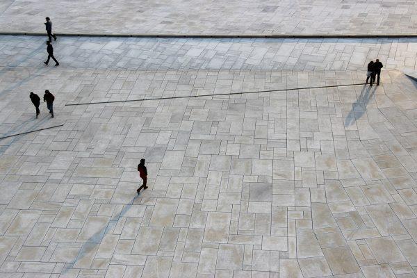 Les dalles géométriques de l'extérieur de l'opéra d'Oslo
