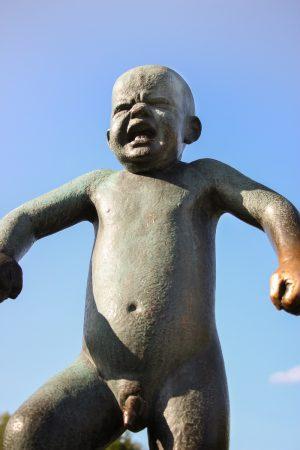 La statue de l'enfant en colère du parc Vigeland d'Oslo