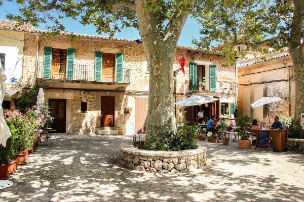 Une place ombragée dans Valldemossa