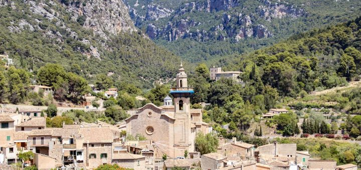 Un point de vue dans le village de Valldemossa à Majorque