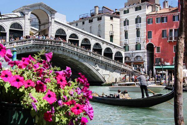 Le pont du Rialto qui enjambe le Grand Canal de Venise