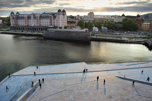 Coucher de soleil sur Oslo depuis le toit de l'opéra