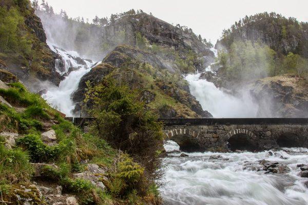 Les 2 cours d'eau qui constituent la cascade de Latefossen, au bord de la route