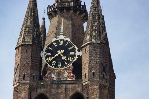 """L'horloge de la tour penchée de la """"vieille église"""" de Delft"""