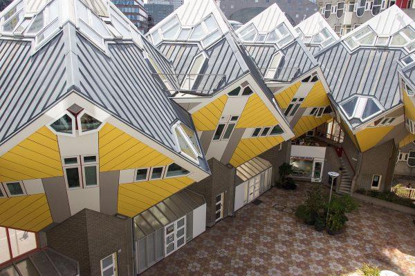 Les maisons surélevées au-dessus d'une plateforme centrale