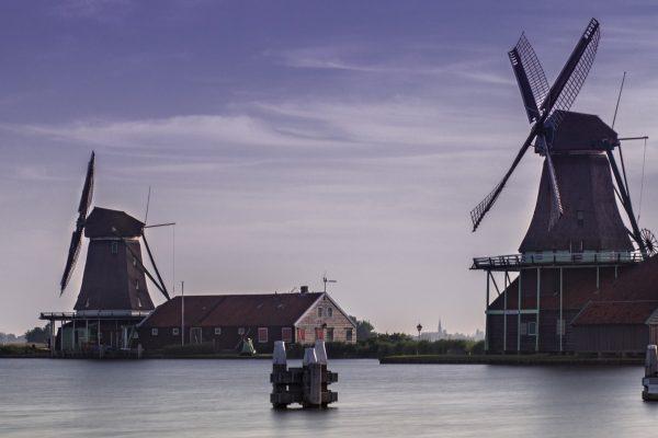 Deux des moulins de Zaanse Schans qui ont été déplacés des alentours