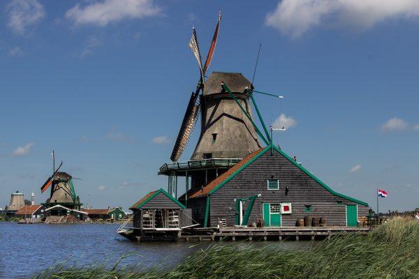 La balade en bateau qui longe les moulins