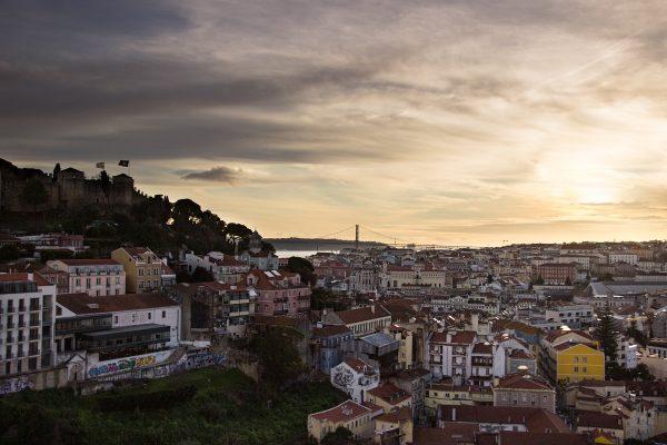 Coucher de soleil sur Lisbonne depuis le Miradouro Sophia de Mello Breyner Andresen