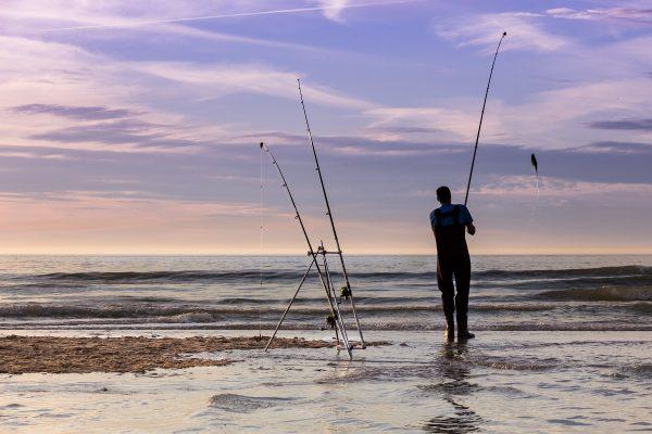 Les pêcheurs à la ligne viennent profiter de la plage du Cap Blanc Nez en fin d'après-midi