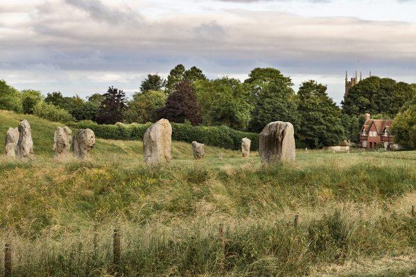 Le village d'Avebury et ses monolithes qui le traversent
