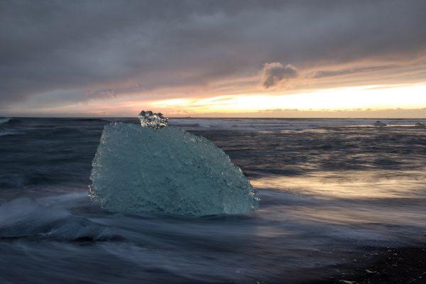 Un bloc de glace sur le bord de la Diamond Beach